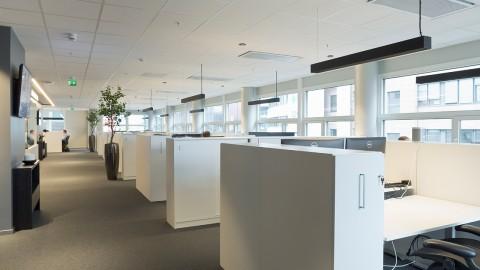 Modernt kontor med LED-belysning