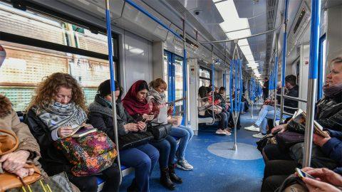 I de nya tågen finns belysning med ett kallare ljus på morgonen och en varmare ljusfärg framåt kvällen. Bild från